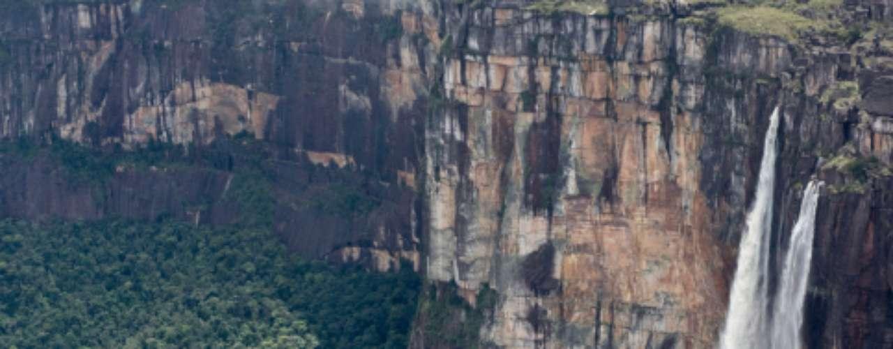Salto Ángel, Venezuela: a cachoeira mais alta do mundo cai por quase um quilômetro ao longo da borda da montanha Auyantepui na Venezuela