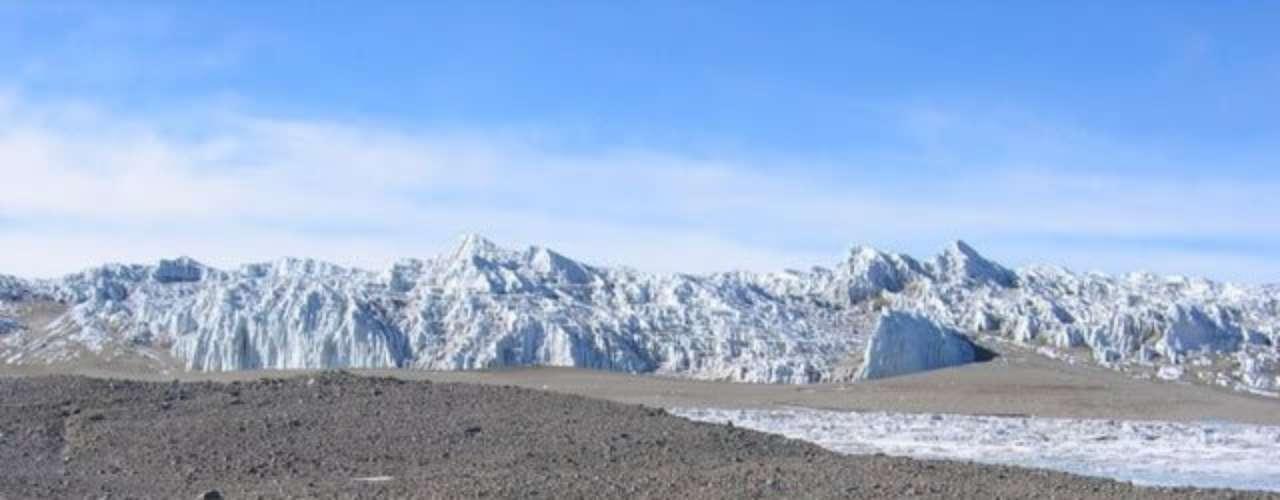 Dry Valleys, Antártica: esta região sem gelo da Antártica é considerada o local mais seco no planeta. Essa condição é gerada em parte pelo forte vento que evapora a água, gelo e neve da área