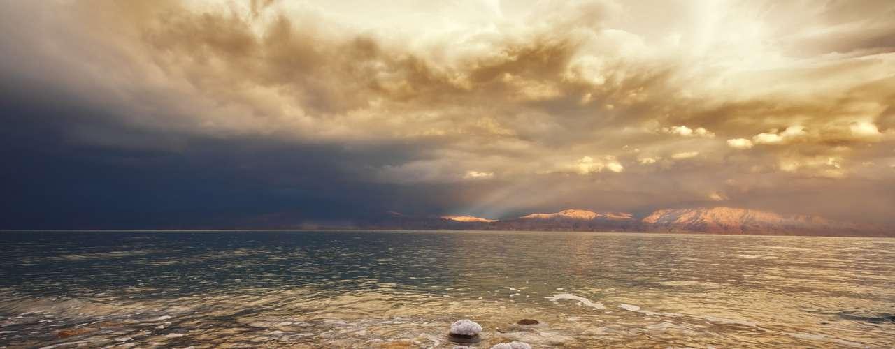 Mar Morto, Jordânia/Israel: a 424 metros abaixo do nível do mar, a costa do Mar Morto é o ponto mais baixo da Terra. É também um dás áreas mais salgadas, permitindo que os banhistas flutuem com facilidade sobre suas águas