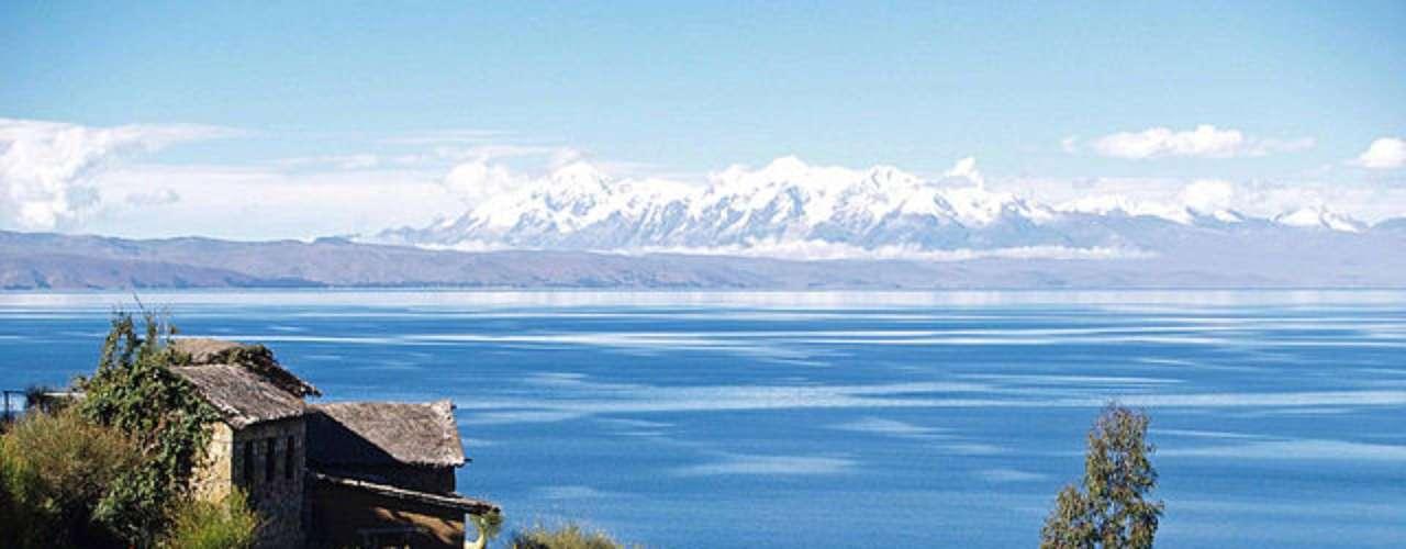 Titicaca, Bolívia/Peru: considerado o lago navegável mais alto do mundo, a 3.821 metros, Titicaca é popular entre os turistas e é conhecida por suas ilhas flutuantes. O local tinha um significado mitológico para os incas