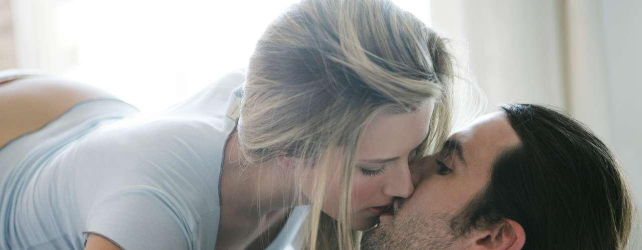 Por carência - Quando as coisas não vão bem no relacionamento, é comum procurar alternativas. Em épocas que faltam carinhos dentro do namoro ou casamento, a traição acaba sendo comum