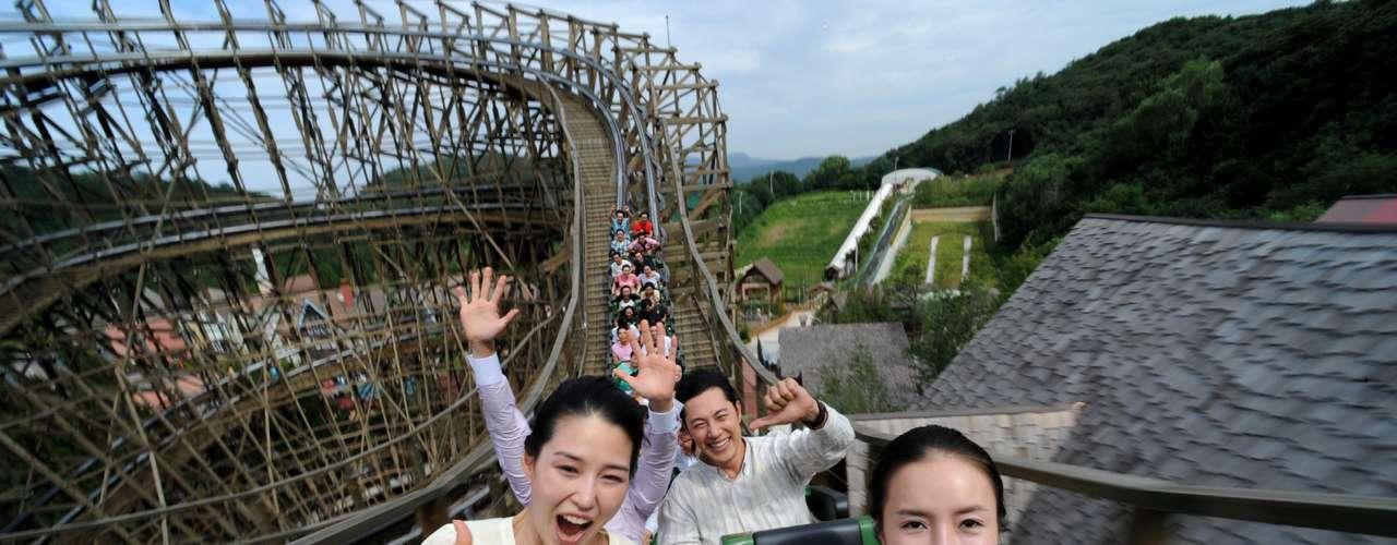 12. Everland, Coreia do Sul: situado na cidade de Gyeonggi-do, perto de Seul,  o parque Everland foi inaugurado em 1973 e vem se renovando ano após ano para atrair cada vez mais visitantes. O local atingiu a marca de 6 milhões no ano passado. Dividido em áreas temáticas, como American Adventure, que imita o velho oeste americano, e Zoo-Topia, voltada para a vida selvagem, Everland tem o recorde da montanha russa de madeira mais íngreme do mundo