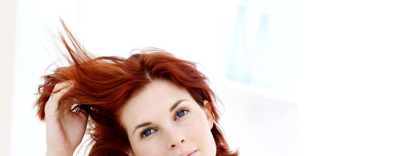 1. Mude o penteado: corte o cabelo, pinte, faça luzes, escolha o que quiser, mas mude o visual. Pode parecer clichê, porém, isso realmente ajudará você a encontrar seu novo eu
