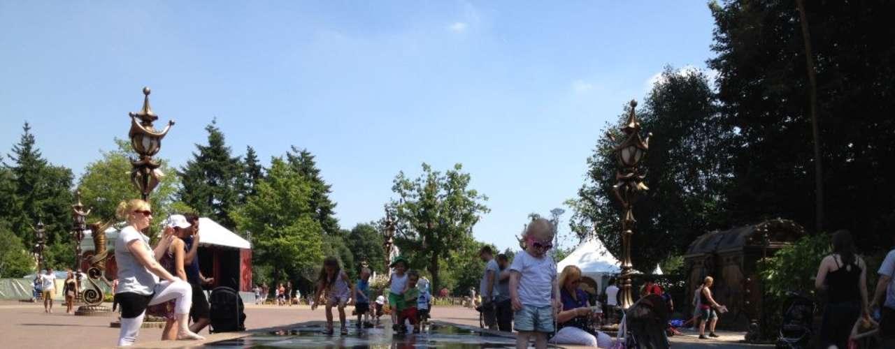 24. De Efteling, Holanda: a 80 km de Amsterdã, o De Efteling é o maior parque temático da Holanda e inspira-se no mundo dos contos de fada. Inaugurado em 1952, o parque tem 650 mil m² com montanhas-russas, brinquedos e um show de águas dançantes. Em 2011, foi visitado por mais de 4 milhões de pessoas