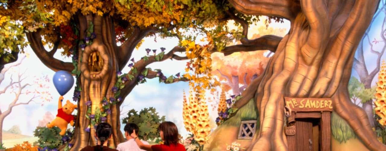 3. Disneyland Tóquio, Japão: apesar de ter ficado fechado por um mês após o terremoto de 2011 e ter sofrido com a queda do turismo no Japão, o Disneyland Tóquio recebeu quase 14 milhões de pessoas durante o ano passado. Terceiro parque temático mais visitado do planeta, o empreendimento japonês da Disney tem brinquedos encontrados nos outros parques de Mickey Mouse, como a Torre do Terror e o Templo da Caveira de Cristal de Indiana Jones