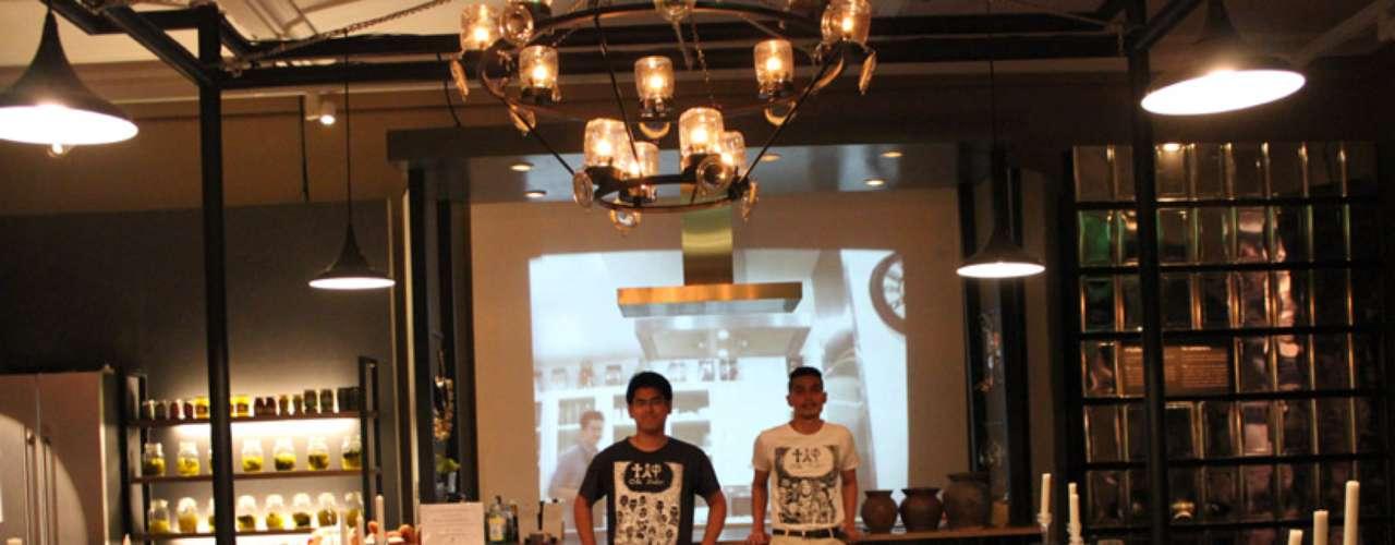 A área principal de exibição é uma réplica de restaurante, onde é possível apreciar a culinária tailandesa moderna feita com os tradicionais ingredientes. Tawesak Woraritrueanguarai, curador da exibição, à esquerda, e Kob Tiptus, diretor do Siam Museum, à direita