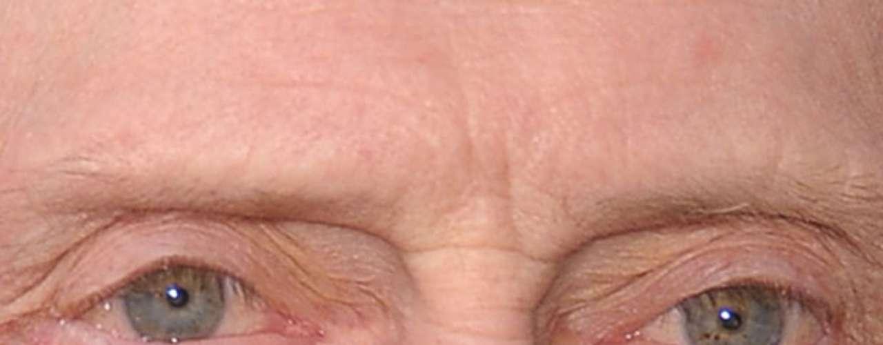 Reparando bem, dá para notar que o olho esquerdo do ator tem pequenas manchinhas amarelas