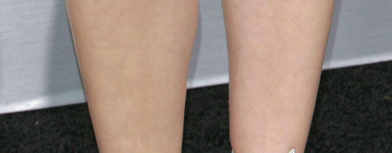 A atriz Marion Cotillard foi clicada com um tom azulado, que ficou bem feminino combinado ao par de sandálias altas