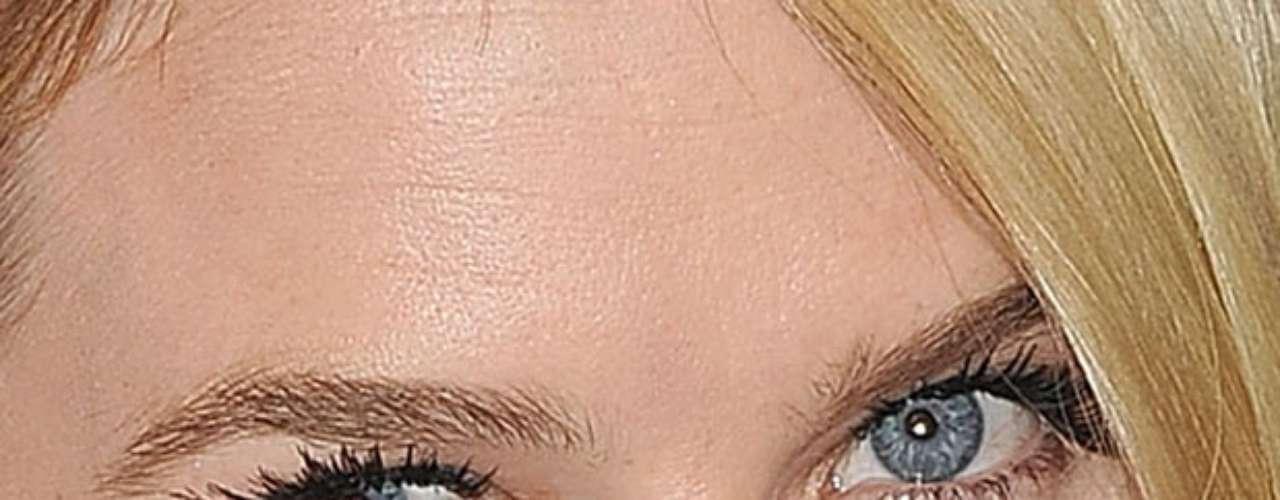 O olho esquerdo de Alicia Eve é azul claro e o direito é azul com tons de cinza