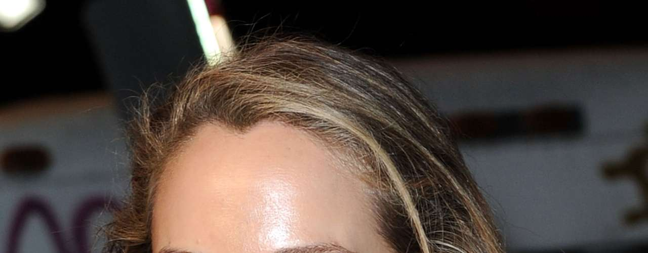 A atriz norte-americana Elizabeth Berkley chama a atenção pelos olhos coloridos