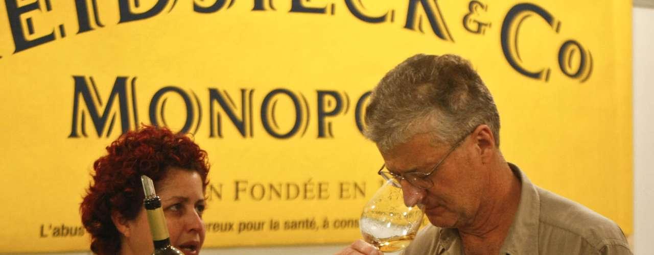 Os vinhos são personagem principal, mas a feira ainda traz outras bebidas como cachaça, cerveja, vodcas e até outros produtos como azeites e vinagres balsâmicos. Os preços das garrafas são variados indo de R$ 13,20 a mais de R$ 1 mil para agradar a todo tipo de consumidor. O evento acontece sexta e sábado, das 12h às 22h, e no domingo, até às 20h