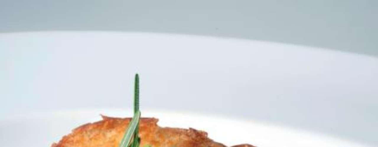 Peito de Frango Crocante com Creme de Shitake. Ingredientes: 4 peitos de frango,  2 ovos, 3 colheres (sopa) de farinha de trigo, 8 fatias de pão de forma, 80g de azeite, 2 colheres (sopa) de manteiga, 2 colheres (sopa) de azeite, 2 colheres (sopa) de cebola picada, 2 colheres (sobremesa) de alho picado, 1 Kg de shitake, 80 ml de vinho branco, 200 ml de creme de leite, sal, pimenta-do-reino e cebolinha francesa a gosto. Modo de fazer: Retire a pele do peito de frango e tempere. Passe o frango somente de um lado na farinha de trigo, no ovo e nos cubos de pão. Pressione bem com as mãos. Frite no azeite, primeiro do lado empanado, depois vire. Termine o cozimento no forno a 180oC por 10 a 15 minutos.  Fatie o shitake. Coloque a cebola e o alho em um frigideira com manteiga e azeite e frite até suar. Acrescente os shitakes e deixe cozinhar até suar. Faça a diluição do caldo com vinho branco e deixe reduzir. Acrescente o creme de leite e deixe ferver. Tempere. Finalize com cebolinha francesa picada