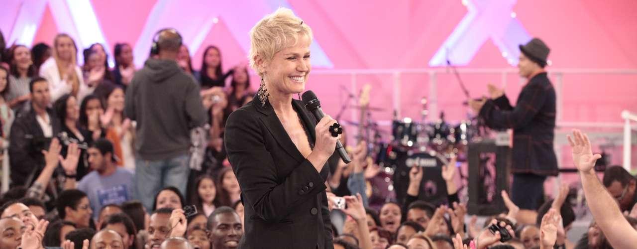 Quando deixa o cabelo solto, a apresentadora muda o visual com o auxilio de pequenas presilhas