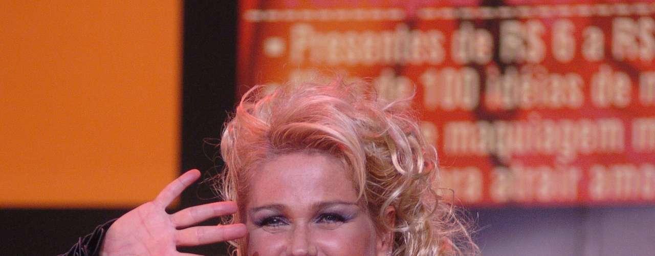Para dar mais volume ao cabelo durante apresentações, Xuxa usava apliques de mesmo tom