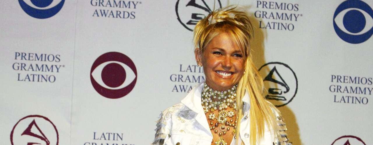 Xuxa fazia aparições com looks excêntricos e, mesmo com aplique, o cabelo sempre estava loiro