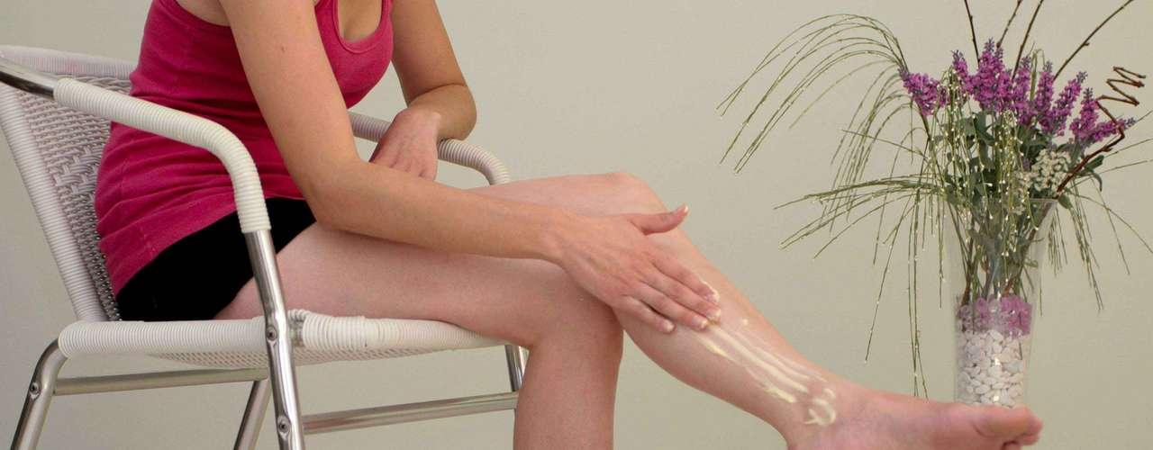 Certo: faça massagens nas pernas com hidratante diariamente. Aproveite para massagear após o banho, quando a pele ainda está úmida