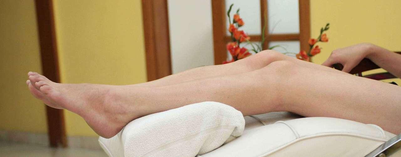 Certo: quando chegar à noite do trabalho, eleve as pernas num travesseiro para ajudar no desinchaço dos membros inferiores