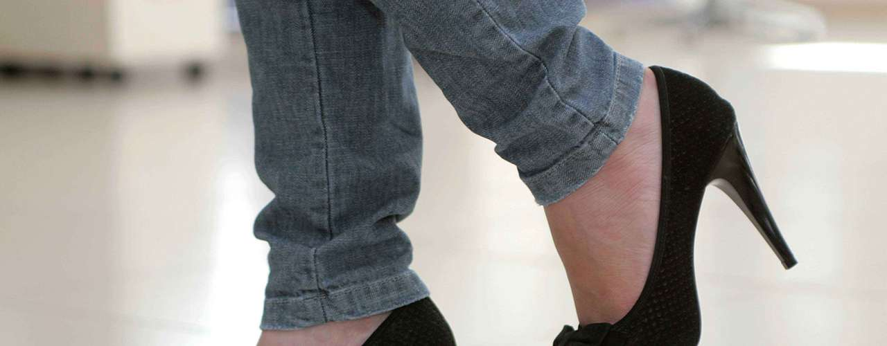 Errado: uso de saltos altos em excesso provoca a má circulação do sangue e contribui para o inchaço das pernas