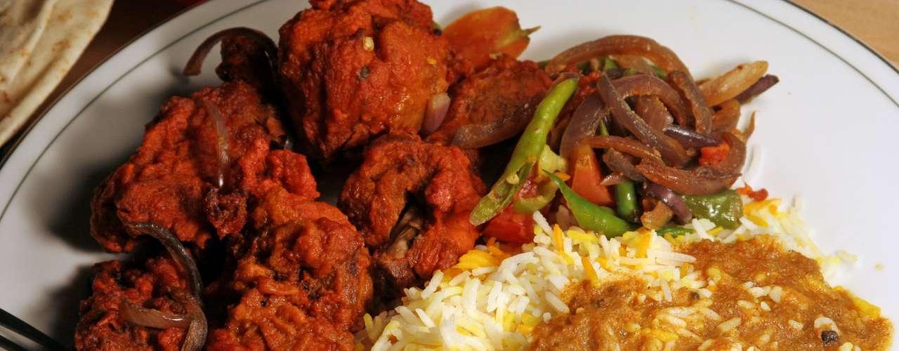 Arroz com curry: é sucesso garantido na Índia, Tailândia e Reino Unido, locais em que o tempero amarelado está quase sempre envolvido nesse tipo de comida, talvez por causa do perfume, que acrescenta uma espécie de aromaterapia aos pratos. No Japão, o arroz com curry é considerado um fenômeno e um dos pratos típicos nacionais. É tão popular no país que é vendido em caixas, precisando apenas colocá-lo rapidamente na água para desfrutar da sensação de alegria que provoca