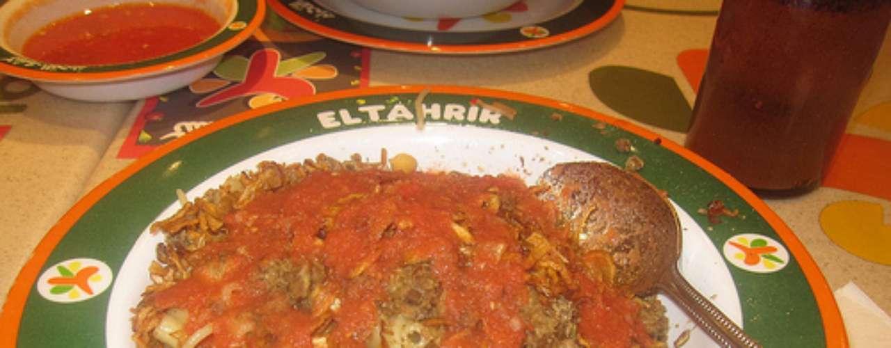 Koshary: carboidratos estão entre as comidas mais reconfortantes devido a energia que provocam, espantando a depressão. O Koshary, uma das refeições mais consumidas no Egito, é uma bomba de carboidratos, preparada com lentilhas, cebolas fritas, macarrão, vinagre e shatta, uma molho de tomate, pimentão e pimenta. O prato, que é vendido em todas as esquinas do país, também pode ser feito em casa