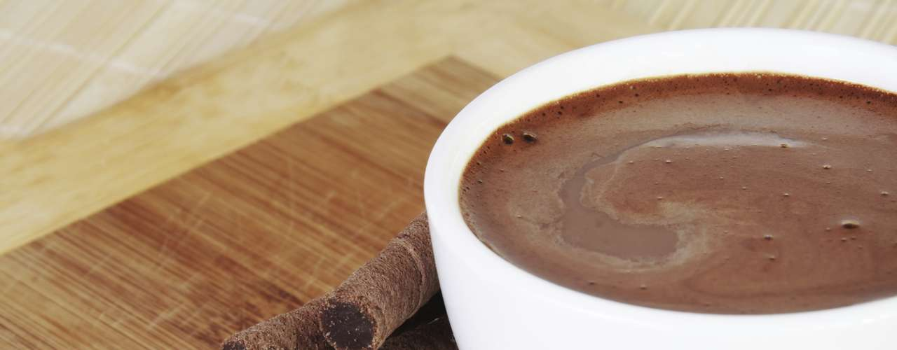 Chocolate quente (1 xícara de chá): 214,4 calorias (versão normal)/ 197,4 calorias (versão sem açúcar)