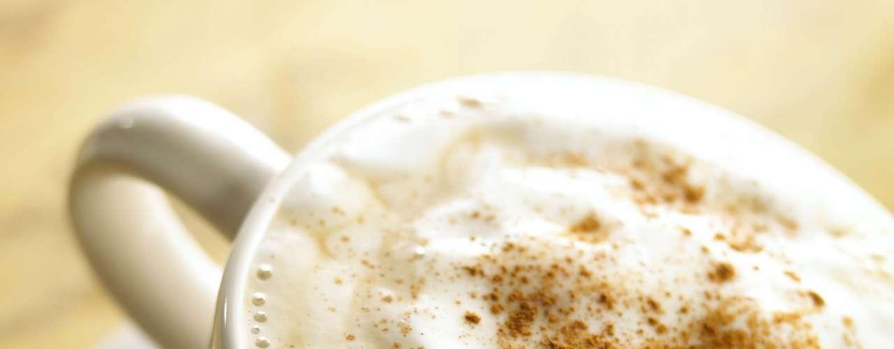 Capuccino (1 xícara de chá): 218 calorias (versão normal)/ 198 calorias (versão sem açúcar)