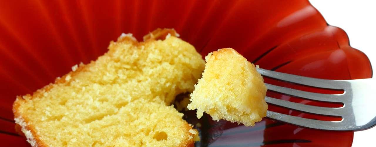 Bolo de milho (1 fatia): 193 calorias (versão normal)/ 144 calorias (versão com adoçante)