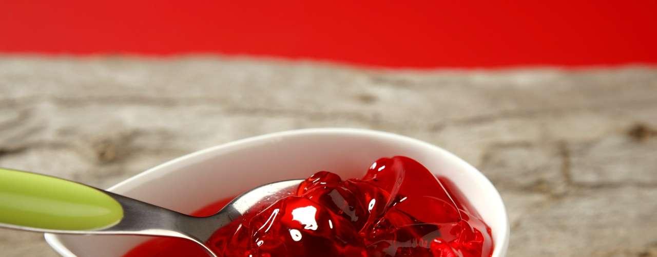 Gelatina de morango (1 pote de sobremesa): 24 calorias (versão normal)/ 9 calorias (versão com adoçante)