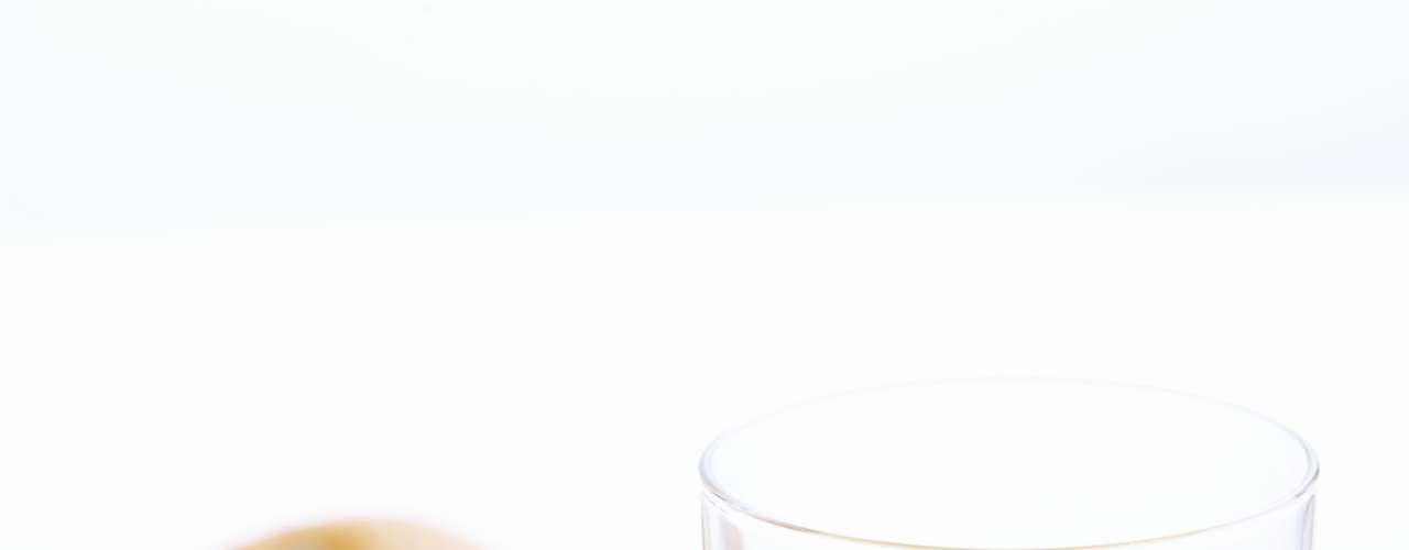 Suco de laranja (1 copo): 74 calorias (sem açúcar ou adoçante)/ 74,1 calorias (3 gotas de sacarina)/ 94 calorias (1 colher de café de açúcar)