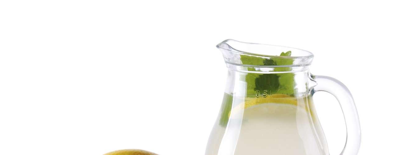 Suco de limão (1 copo): 64 calorias (sem açúcar ou adoçante)/ 64,1 calorias (3 gotas de sacarina)/ 84 calorias (1 colher de café de açúcar)
