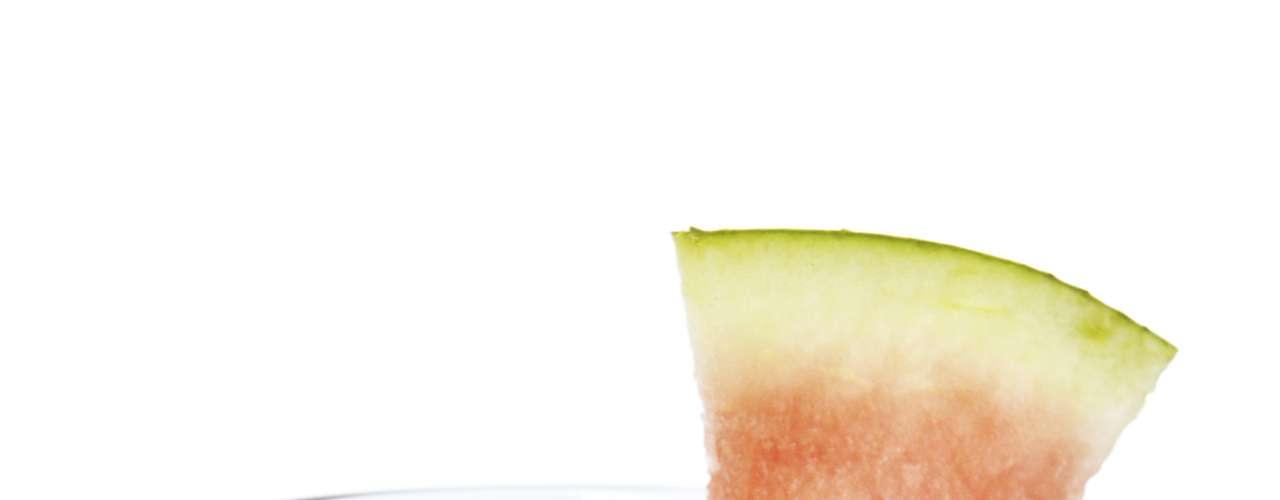 Suco de melancia (1 copo): 56 calorias (sem açúcar ou adoçante)/ 56,1 calorias (3 gotas de sacarina)/ 76 calorias (1 colher de café de açúcar)