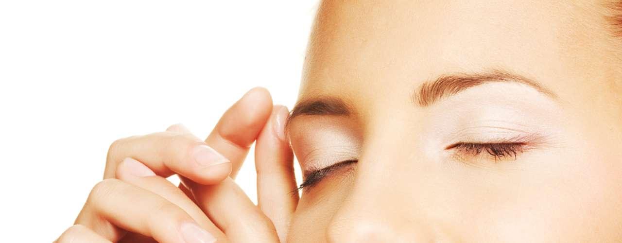 Óleo de melaleuca combate a formação de acne no rosto, controla a oleosidade da pele e ainda reforça a hidratação