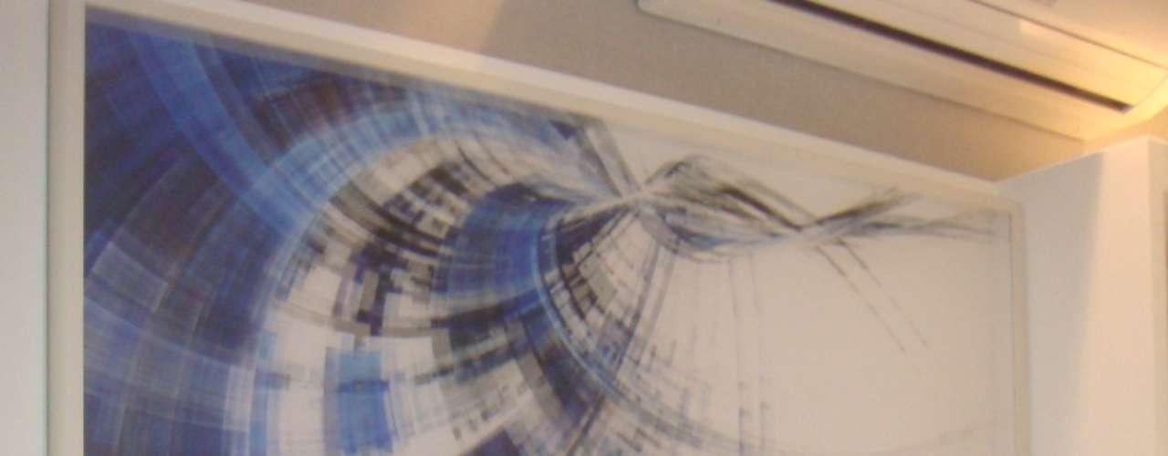 O efeito de ilusão de ótica produzido pela imagem foi criado a partir da combinação de dois adesivos: um colado na parede e outro em um tecido transparente que vai por cima da superfície. Dá para imprimir em tecido e em linho e o legal do tecido transparente é que é possível ver o fundo do quadro, explica a arquiteta Paula Ferraz