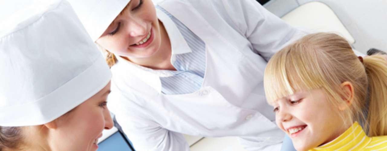 O ideal é que a ida ao consultório aconteça de forma natural, com muita conversa e espaço para dúvidas de toda a família. Crianças não se sentem intimidadas ao visitarem o dentista naturalmente, mas é primordial que seus primeiros contatos não envolvam situações de urgências odontológicas, e sim consultas preventivas de introdução da higienização