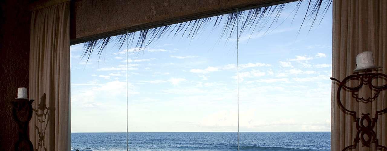 Kenoa Villa, Hotel Kenoa, Barra de São Miguel, Alagoas: situado em um belo trecho do litoral do nordeste, frente às areias brancas de Barra de São Miguel, o Hotel Kenoa recebe seus hóspedes com serviço digno dos melhores hotéis do planeta. A Kenoa Villa tem 200 m² de requinte, charme e design ecológico, com uma sala de jantar, salas de estar interna e externa, ofurô e piscina aquecida com vista para o mar. Todo o conforto é encontrado no quarto, com cama king size, lençóis de algodão egípcio e tecnologia de ponta. As diárias para alugar a Kenoa Villa custam R$ 3.550