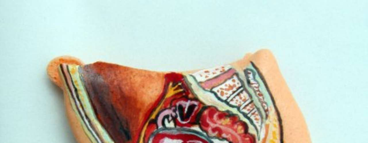 Gelatinas pintadas à mão representando partes do corpo humano, como o sistema reprodutivo feminino