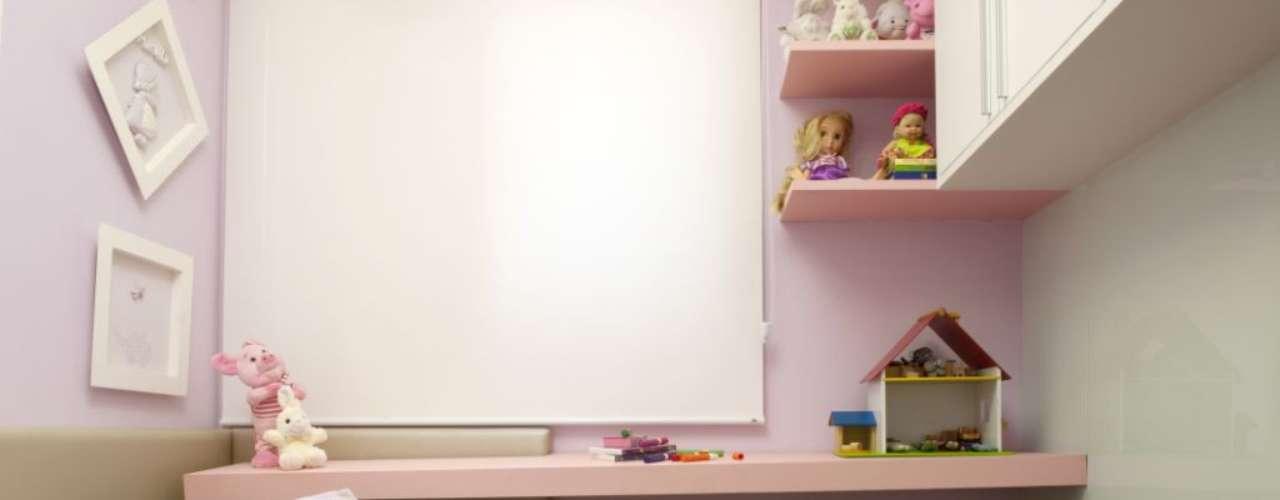 A cama em L dá apoio para a bancada, que pode ser usada como mesa para desenhar ou fazer lição de casa