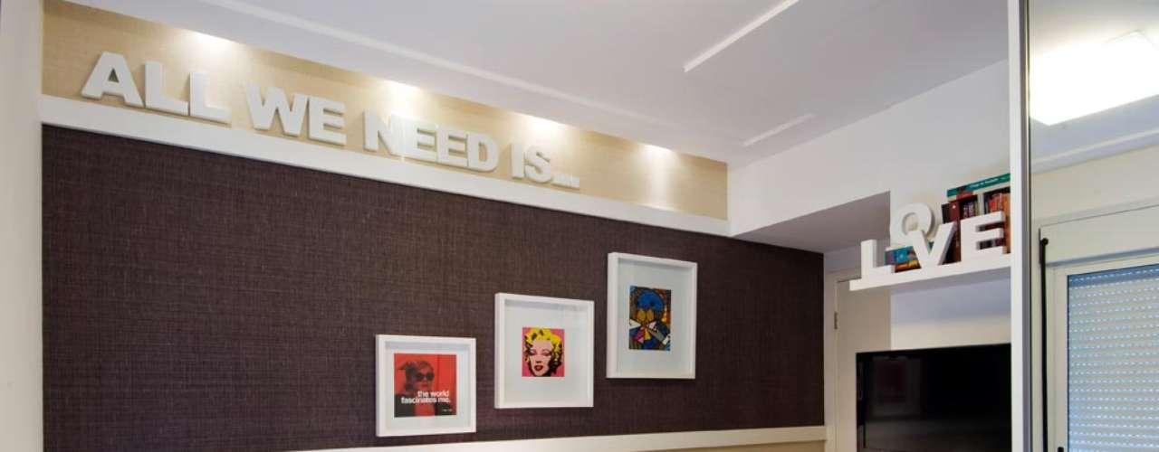 Neste projeto do escritório Cavalcante Ferraz Arquitetura e Design, coube aos acessórios dar o colorido ao quarto. Quadros, travesseiros e até o vaso no chão ajudam a transmitir um pouco da personalidade da dona do quarto. Informações: (11) 5096-2424