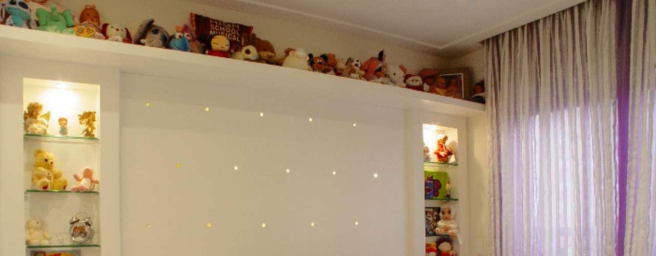 Neste projeto do escritório Rocha Andrade Arquitetura e Design, a concentração das pelúcias nas prateleiras permitiu que a parede ficasse clean. As luzes embutidas garantem uma iluminação abundante, mas não agressiva. Informações: (11) 3501-1557