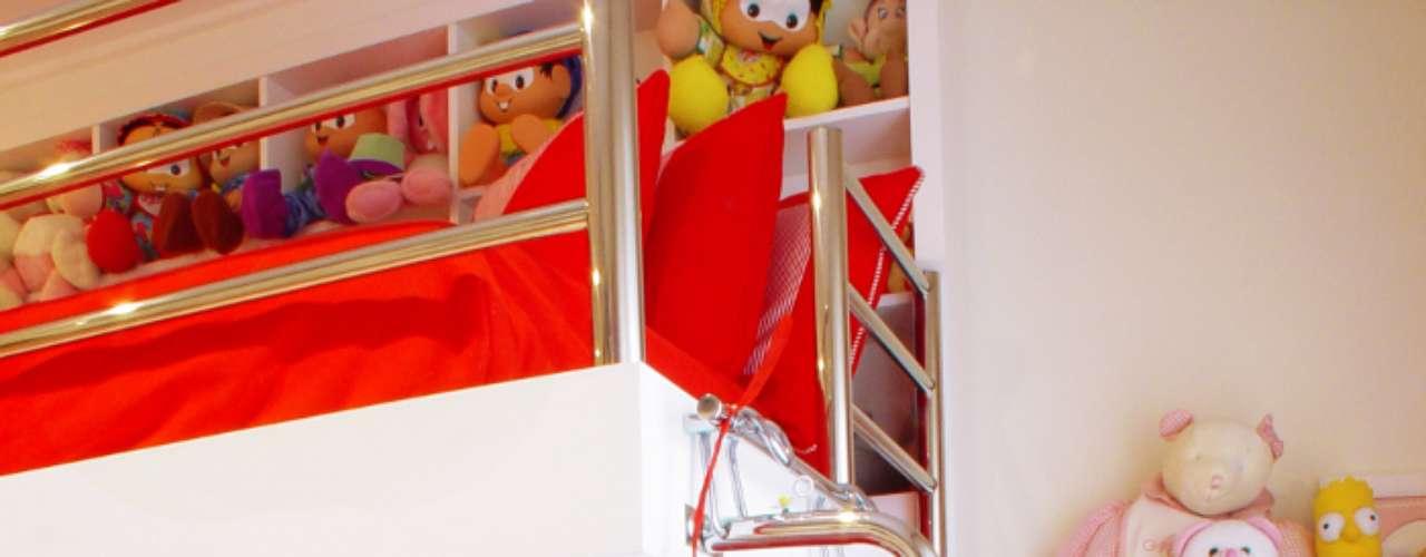 Um pouco mais incomum, mas igualmente feminino, o vermelho aparece amplamente neste dormitório. O beliche ganha uma cara mais moderna com a estrutura de metal substituindo a madeira