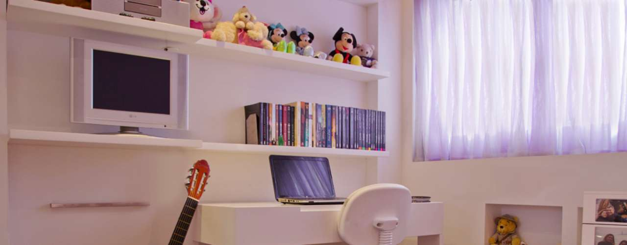 Na parede, foi possível aproveitar o pouco espaço para fazer uma mesa de estudos, nichos para os bichinhos e até mesmo um lugar para o violão