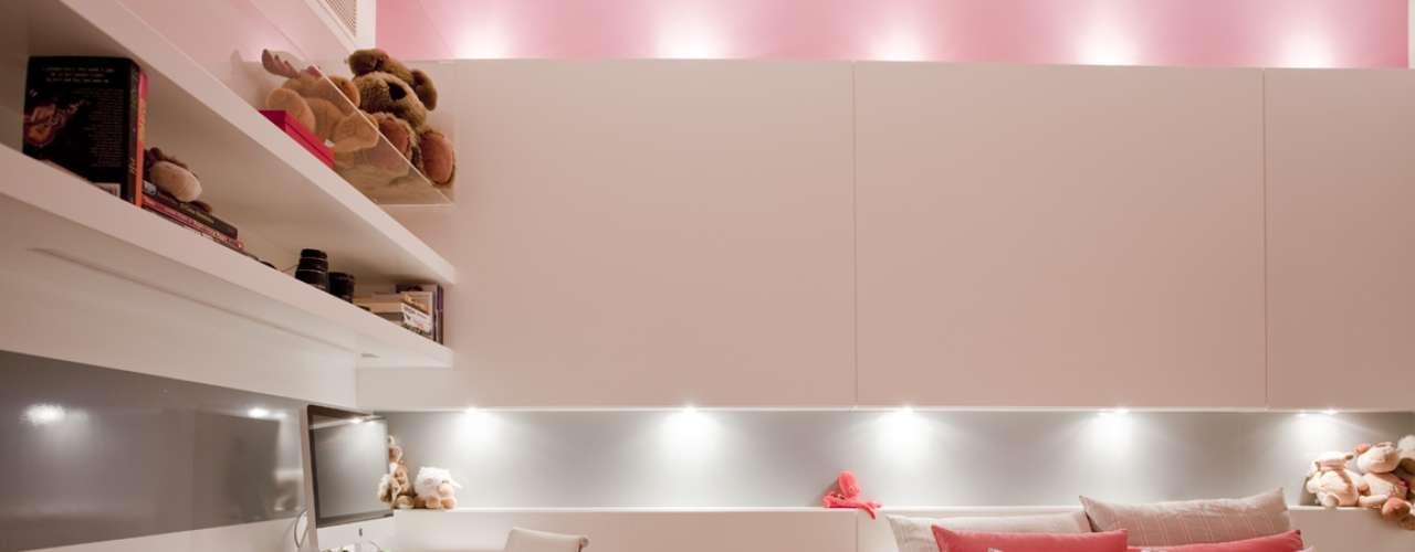 A iluminação embutida deixou o quarto clean e moderno. Os tons quentes ficaram por conta do enxoval