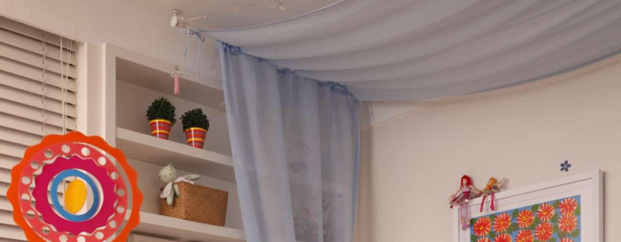 Para que o quarto possa acompanhar o crescimento da criança, o segredo é investir em paredes neutras e imprimir o tema ou a cor preferida da garota em peças-chave, como um abajur, um banco ou uma cortina