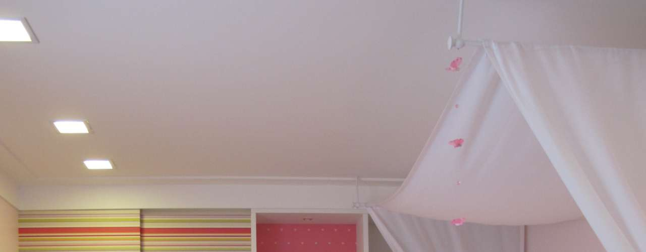 Aqui, a decoração é colorida, mas utiliza alternativas ao rosa, como o laranja. Os armários com porta de correr aumentam o espaço de circulação