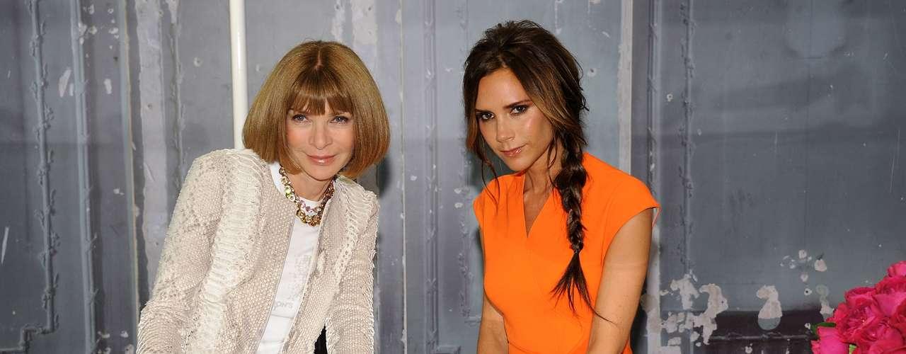 De vestido laranja, ela dividiu as atenções com a editora da Vogue norte-americana Anna Wintour na loja Bergdorf Goodman, em nova York, nessa quinta-feira (6)