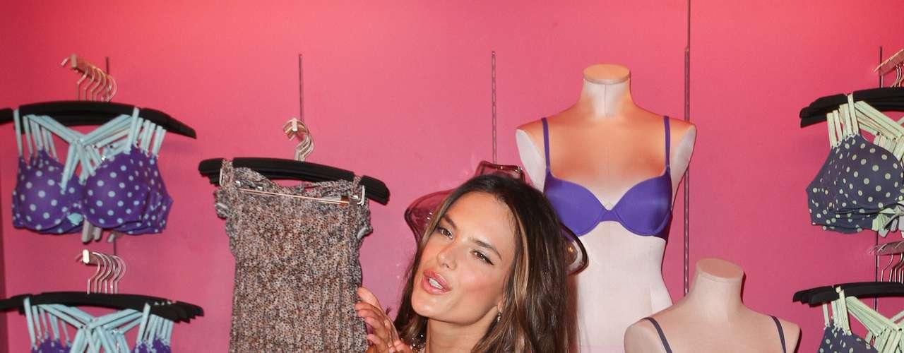 A top brasileira Alessandra Ambrosio foi atração principal na loja Victoria's Secret
