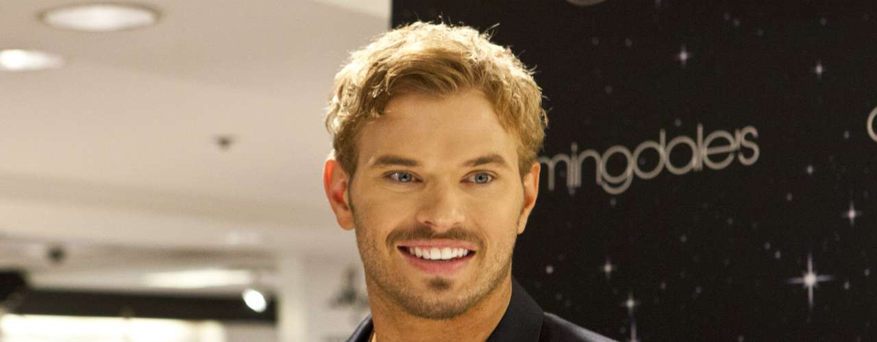 O ator Kellan Lutz agitou o Fashion's Night Out na loja Bloomingdale