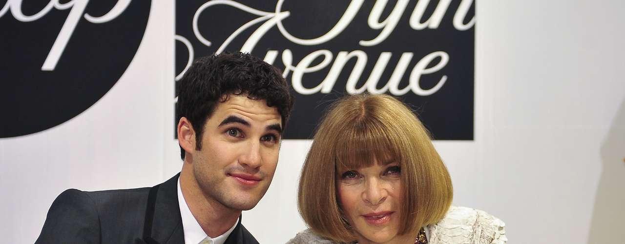 Já na Saks Fifth Avenue, Anna posou ao lado do ator Darren Criss, da série Glee