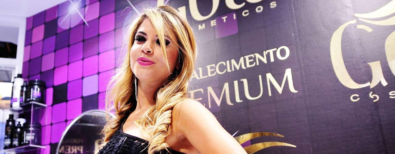 Ela visitou o estande da marca Gota Dourada Cosméticos na Beauty Fair