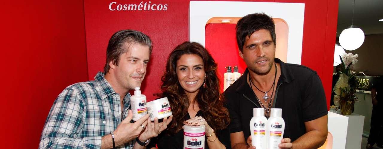 O grupo posou com os produtos no estande da marca na Beauty Fair